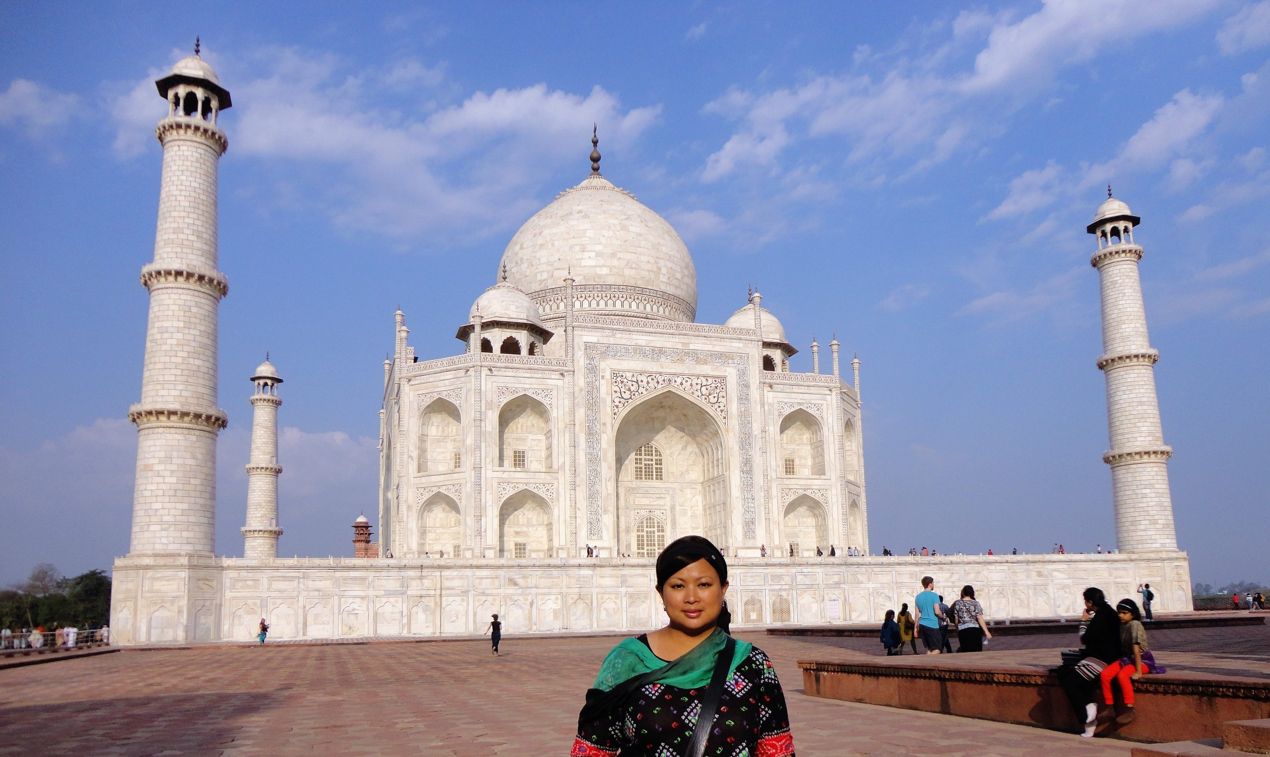 Picture of Elinor Taroy in front of the Taj Mahal